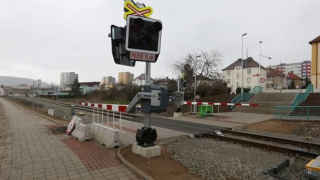 PŘECHOD PRO PĚŠÍ PŘES KOLEJIŠTĚ na horním vlakovém nádraží v Litoměřicích lidé v podstatě nepřestali využívat. Oficiálně je na něj však vstup zakázán. Včetně světelného zabezpečovacího zařízení má být v provozu až od tohoto čtvrtka 24. března.