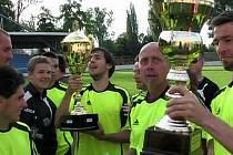 SLAVILI. Pohár vybojovali fotbalisté FK Lovosice, kteří ve finále dokázali porazit Kadaň. Z vítězství měl tým  velkou radost.