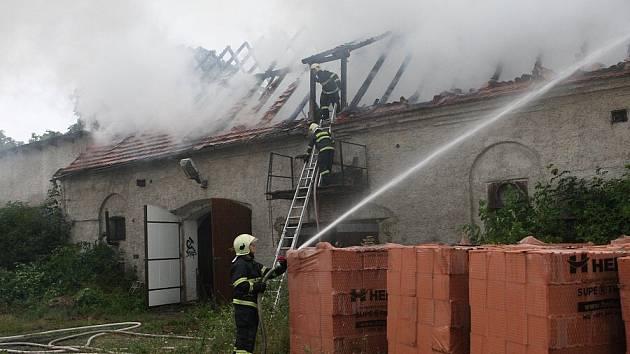 Ve čtvrtek kolem 19 hodiny došlo při bouřce k úderu blesku do bývalého kravína v obci Chotěšov na Lovosicku.