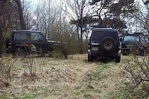 HRADIŠTĚ, chráněné území, kde rostou vzácné koniklece, stále ničí terénní vozidla.