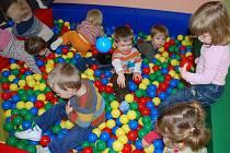 Terapeutický bazén plný barevných míčků mají nyní děti v Klubíčku.