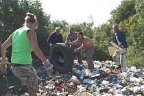 Bezdomovci uklízejí černou skládku. Snahou je uklidit bývalou dělostřeleckou cestu mezi Litoměřicemi a Trnovany. Pomáhají i Technické služby Litoměřice