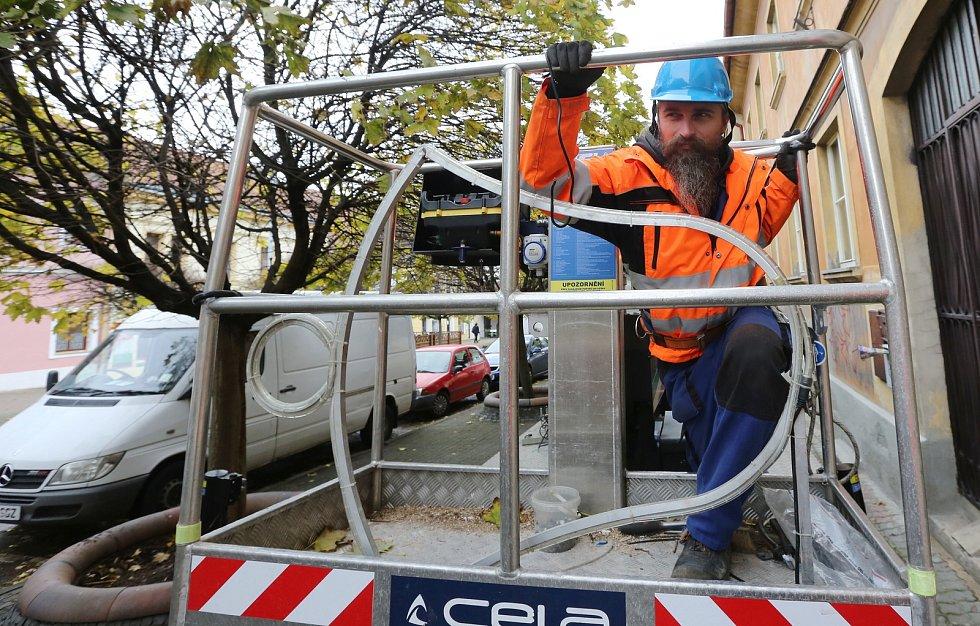 Pracovníci technických služeb začali s montáží vánoční výzdoby na sloupy veřejného osvětlení.