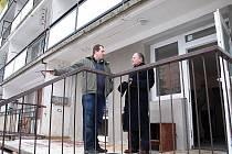 Vedoucí oblastní pobočky Naděje Aleš Slavíček společně s místostarostou Jiřím Landou zkontrolovali prostory, jež budou ve vstupní části domu sloužit jako zázemí pro práci terénního pracovníka a strážníků městské policie.