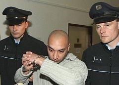 Litoměřický soudce uvalil vazbu na Miroslava Daňa, který je podezřelý z krádeže bronzovývh destiček se jmény zemřelích z Národního hřbitova v Terezíně..
