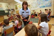 Policisté před prázdninami apelovali ve školách na bezpečnost dětí.