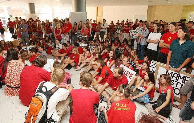 Protestní akce nejen litoměřických gymnazistů na jednání krajského zastupitelstva.