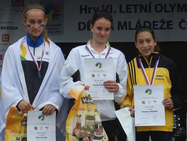 Michaela Červínová (vpravo) na stupni vítězů