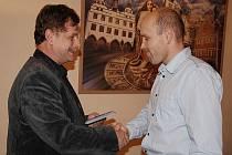 Martin Veber předával osvědčení nově zvoleným zastupitelům. Mezi nové tváře patří Martin Hrdina, který kandidoval za Stranu zelených.