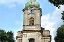 Barokní kostel svatých Petra a Pavla ve Chcebuzi u Štětí.