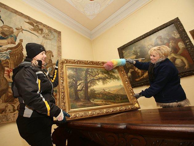 Státní zámek Libochovice se už připravuje na novou turistickou sezonu. Probíhá zde úklid interiérů a čištění mobiliáře zámku.