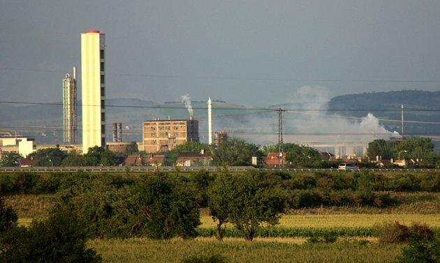 Pohled na Lovochemii v pondělí večer okolo 19. hodiny směrem od Sulejovic. Město zaplavuje v této části  bílá mlha.
