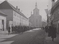 Rota československého vojska pochodující Stalinovou ulicí po odhalení pamětní desky na olejně.