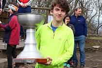 POHÁR. Petr Cmunt s vítězným pohárem.