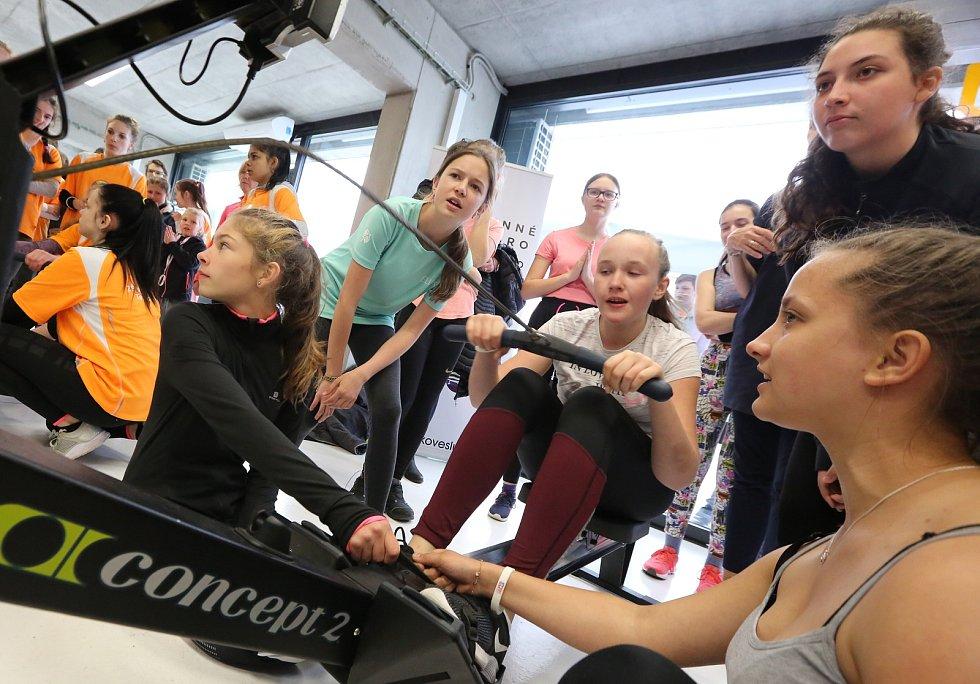 V račické Labe aréně proběhla ve čtvrtek akce Česko vesluje pro základní školy. Závodilo se ve štafetě na veslařských trenažérech.
