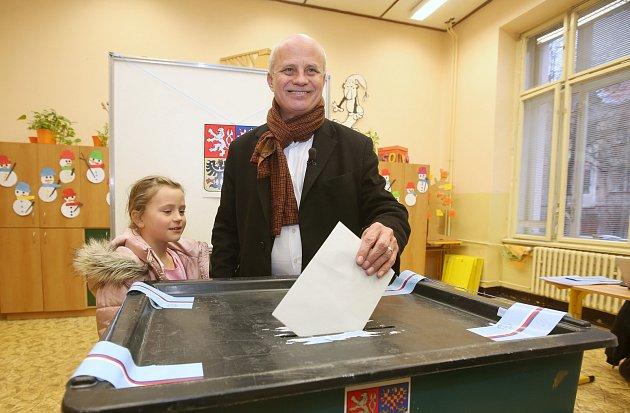 Textař, hudebník a neúspěšný kandidát na prezidenta Michal Horáček dorazil v 16 hodin do volební místnosti v Roudnici nad Labem.