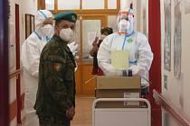 S testováním v domovech pomáhá armáda.
