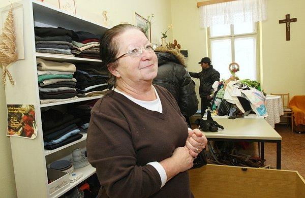 CHARITA VYPOMŮŽE.  Diecézní charita může amnestovaným vězňům poskytnout oblečení a boty.