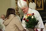 Nový biskup dostal od věřících růže deseti barev symbolizující deset vikariátů litoměřické diecéze.