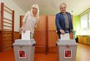 Volit dorazil po patnácté hodině i starosta města Litoměřice Ladislav Chlupáč s manželkou.