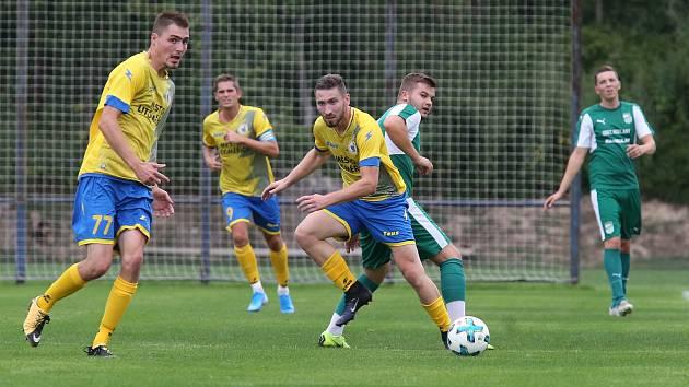 Fotbalisté Litoměřicka (ve žlutém) v zápase proti Modlanům