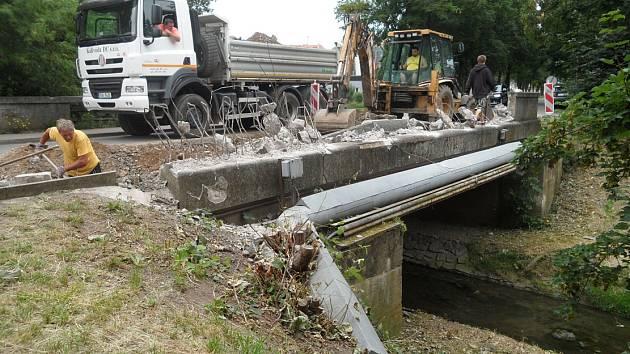 V Lovosicích se opravují lávky a mosty. Jedním z opravovaných mostů je ten v ulici Přívozní.