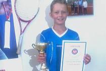 První tenisová závodní sezóna v kategorii mladších žáků byla pro talentovaného hráče z TK Libochovice Kryštofa Buška (r. 2003) úspěšná.