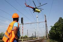 V úterý kolem půl deváté začal transportní vrtulník usazovat na místo devět nových stožárů, které zabezpečí osvětlení kolejiště na nákladovém nádraží.