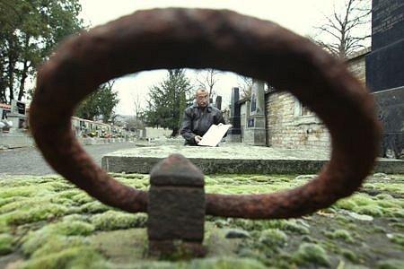 Správce litoměřického městského hřbitova Pavel Lolo ukazuje plány, na nichž jsou vyznačeny desítky takto  opuštěných a neudržovaných hrobů.