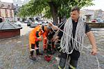 Hasiči slanili do kašny na Mírovém náměstí v Litoměřicích