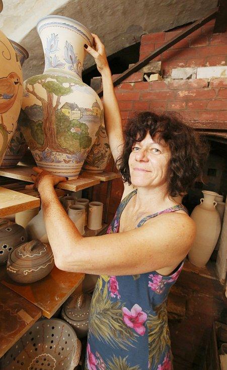 Ivana Švarcová na keramickém sympoziu v Levíně