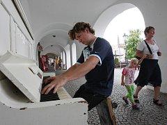 Piano na ulici se stalo atrakcí v mnoha severočeských městech, jako například v Litoměřicích.