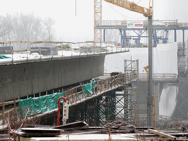 SMUTNÁ BILANCE. Za posledních jedenáct měsíců si stavba takzvaného západního mostu přes Labe v Litoměřicích vyžádala dva lidské životy a jedno těžké zranění. K poslední smrti dělníka zde došlo v nedělních ranních hodinách.