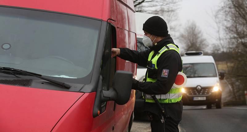 Policie kontroluje řidiče u Lukova na Úštěcku, na rozhraní Ústeckého a Libereckého kraje, okresů Litoměřice a Česká Lípa. Pondělí 1. března 2021