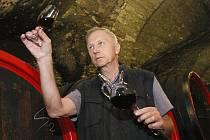 Bývalý ředitel Lobkowiczkého zámeckého vinařství v Roudnici Jan Podrábský při degustaci Svatovavřineckého 2012.