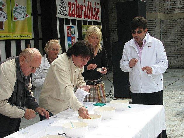 ZELÍ ROKU. Mezi degustátory finálových vzorků kysaného zelí byli na snímku zprava italský zpěvák Andrea Andrei a jeho přátelé Iva Hajnová a Pavel Roth.