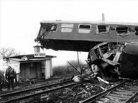 NEŠTĚSTÍ. Rychlík narazil do osobního vlaku v plné rychlosti. Trosky byly všude okolo tratě.