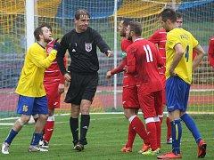 PROTESTY. Hráči SK Štětí sice mohli proti penaltě protestovat, ale na verdiktu hlavního rozhodčího Duchoně to v Neratovicích vůbec nic nezměnilo.