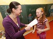 Pololetní vysvědčení ve waldorfské škole v Třebušíně na Litoměřicku.