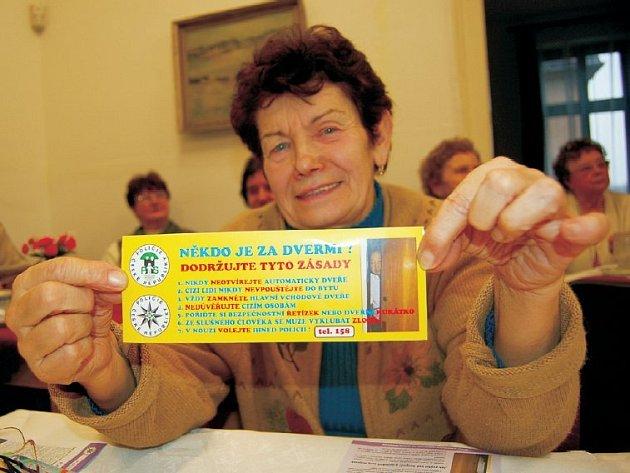 Dodržujte tyto zásady. Samolepku s instrukcemi, jak se v situaci zachovat, si z besedy s policií, která se uskutečnila v Klubu důchodců v Litoměřicích, odnesla také Soňa Chmelová.