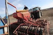 Zemědělci finišují, v okolí Hazmburku se prohánějí po polích traktory se sečkami.