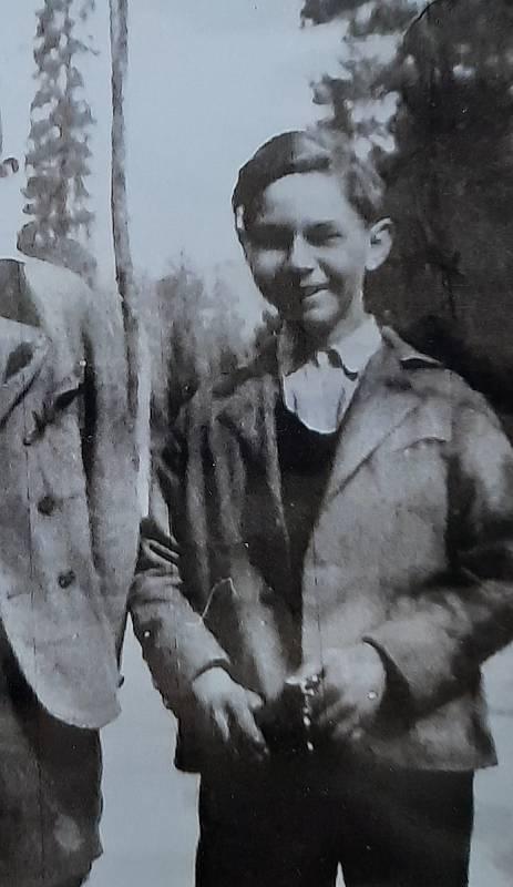 Sousoší vytvořil prapotomek baronky, německý umělec Dieter von Levetzow. Obrázek z jeho jinošství.