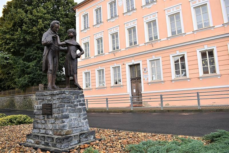 Sousoší zdobí obec Třebívlice.