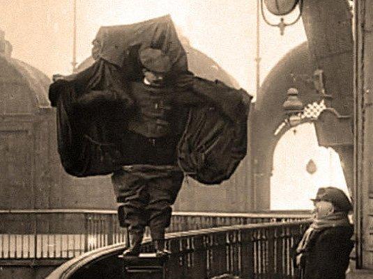 VTEŘINY PŘED SMRTÍ. Podle listu Le Figaro byl Franz Reichelt před skokem klidný a usmíval se.
