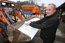 SŮL.Připravený materiál, který poputuje na chodníky v Litoměřicích ukazuje zaměstnanec technických služeb Andrej Dlugoš.