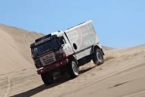 Kamion Martina Kolomého v písečných dunách.