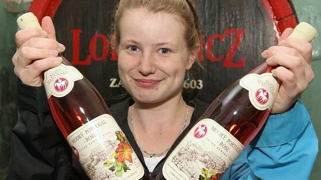 Lobkowiczké zámecké vinařství v Roudnici nad Labem je jeden z mála producentů v Čechách, který se rozhodl připravit pro vyznavače lahodného moku šarži svatomartinského vína.