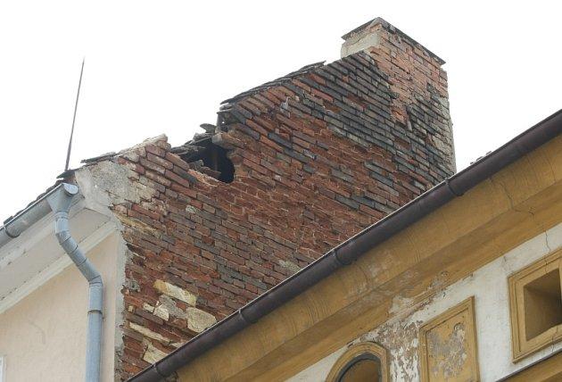 Štít domu v ulici Pekařská v Litoměřicích podlehl prudkým dešťům a ohrozil obyvatelé vedlejšího domu
