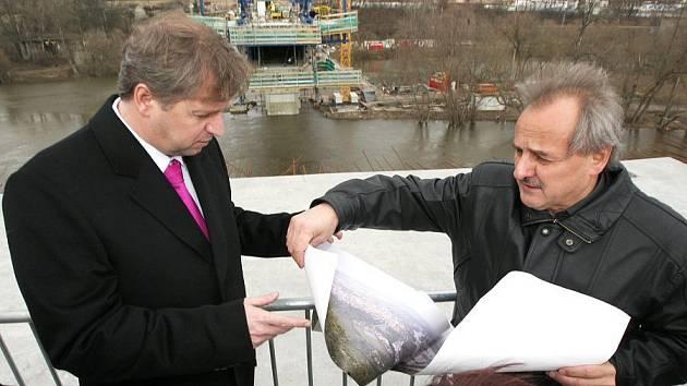 Ministr Petr Bendl se starostou Litoměřic Ladislavem Chlupáčem na kontrole stavby nového mostu.