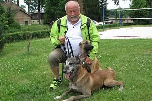 DLOUHOLETÝ PŘEDSEDA ROUDNICKÝCH KYNOLOGŮ. Václavu Kejřovi dělají nyní radost belgičtí ovčáci, desetiletý BARBAR MI-JI a jeho dcera JETA.